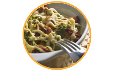 Makaron zapiekany z indykiem i brokułami